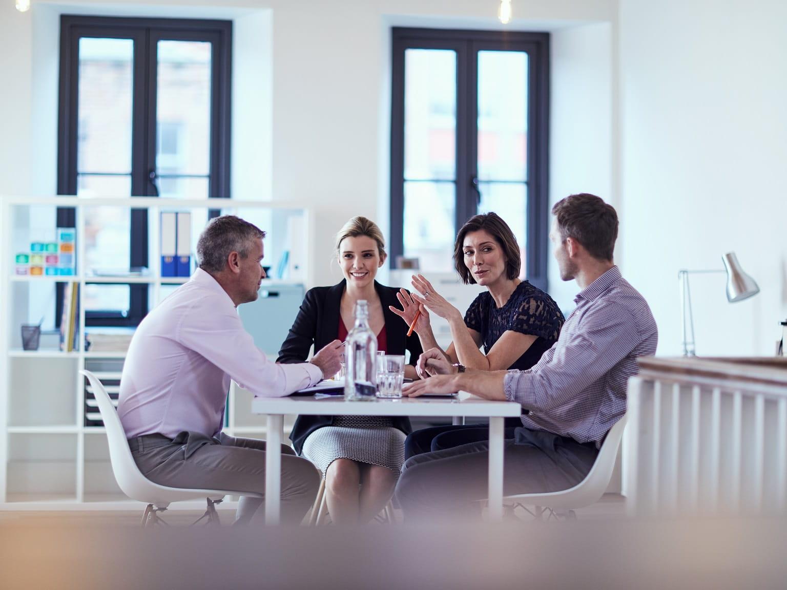 Meeting tra quattro colleghi in ufficio