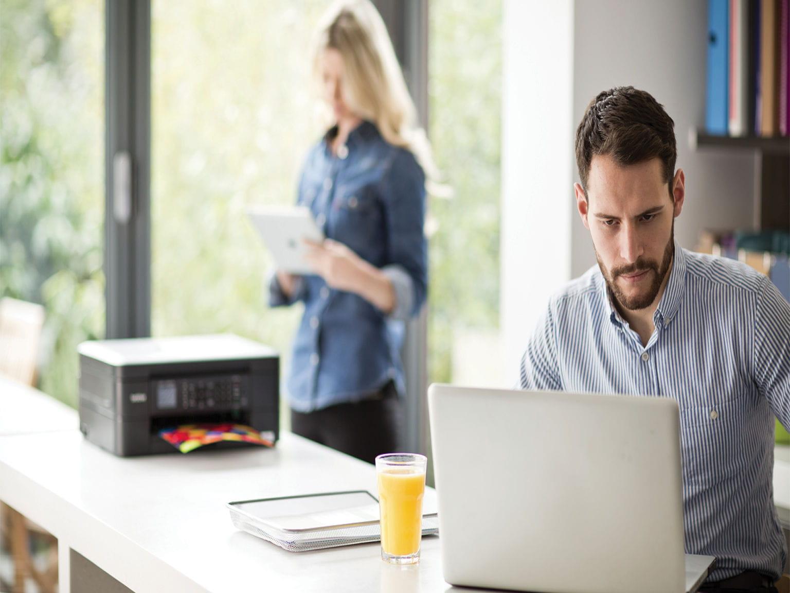 Stampante multifunzione Brother MFC-J480DW in azione in ufficio home-office con stampa tramite WiFi