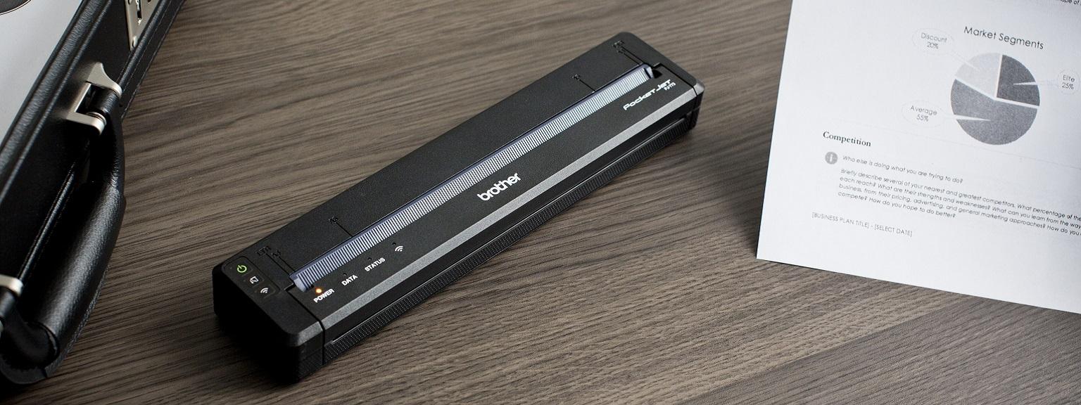 Stampante portatile Brother PJ serie 700 su scrivania con foglio stampato