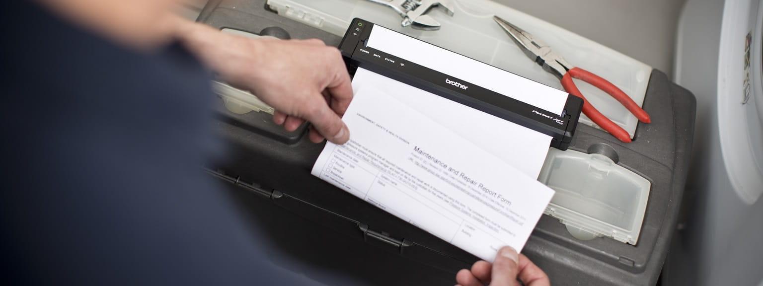 Tecnico della lavatrice stampa contratto con stampante portatile A4 Brother PJ