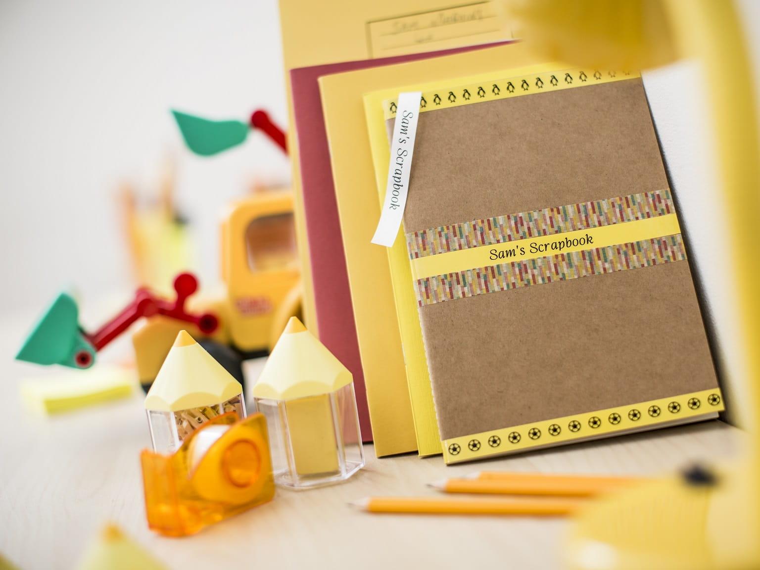 Quaderni etichettati e ordinati con etichette create dall'etichettatrice Brother