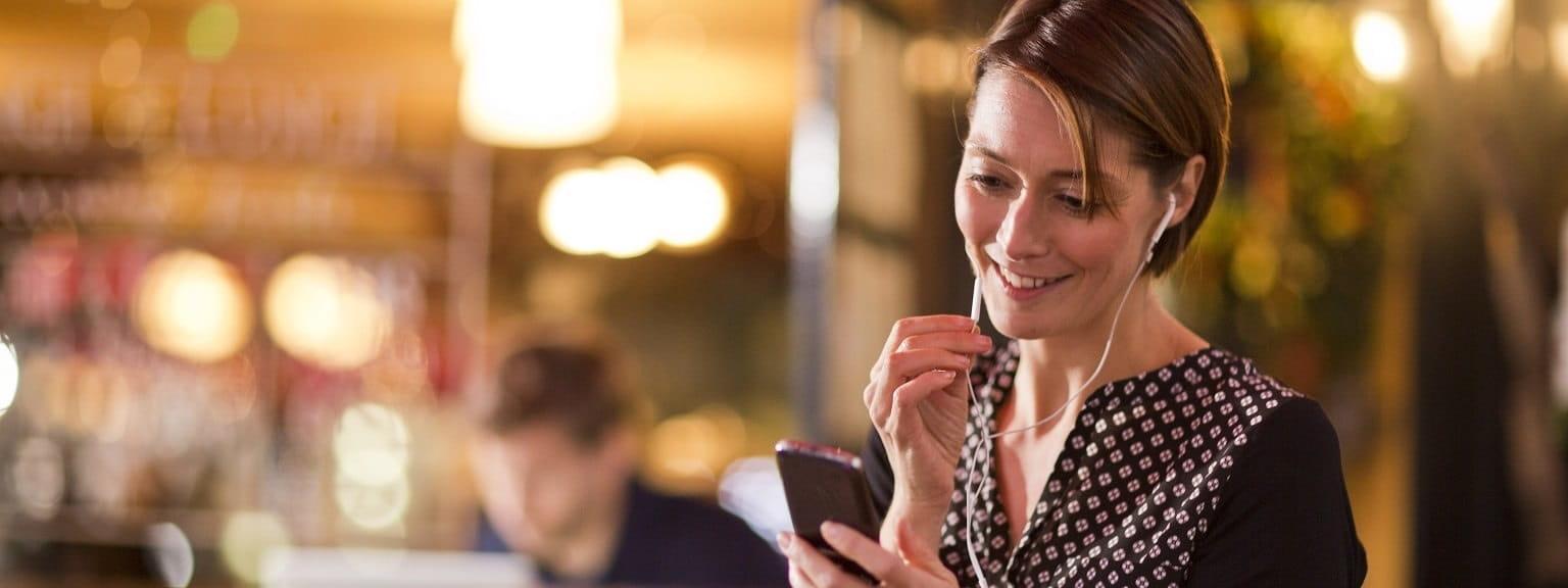 Ragazza sorridente con il suo smartphone
