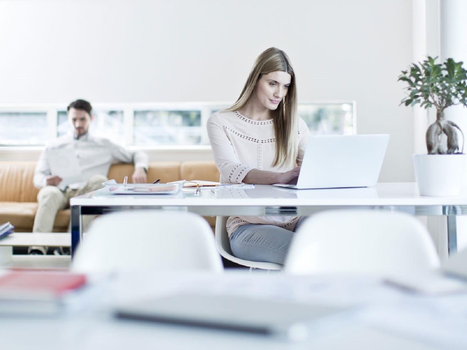 Ragazza al lavoro sul suo PC portatile