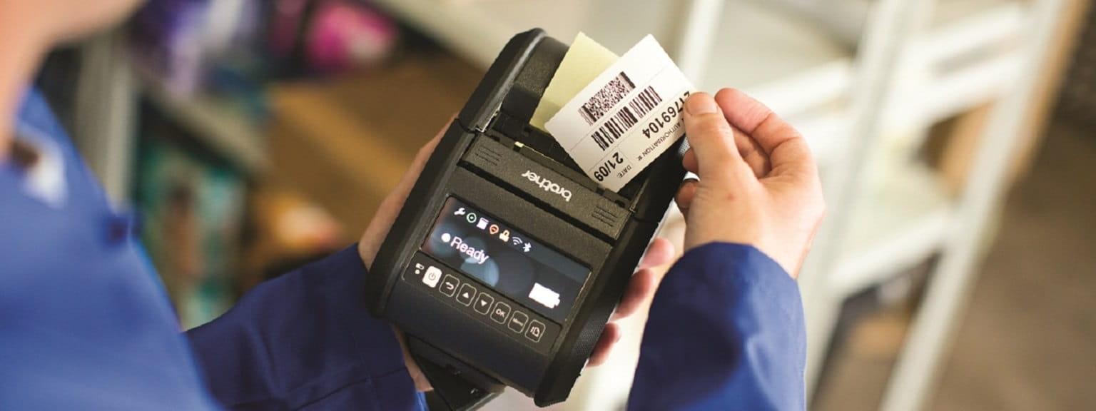 Etichetta stampata in magazzino con stampante portatile per etichette Brother RJ3150