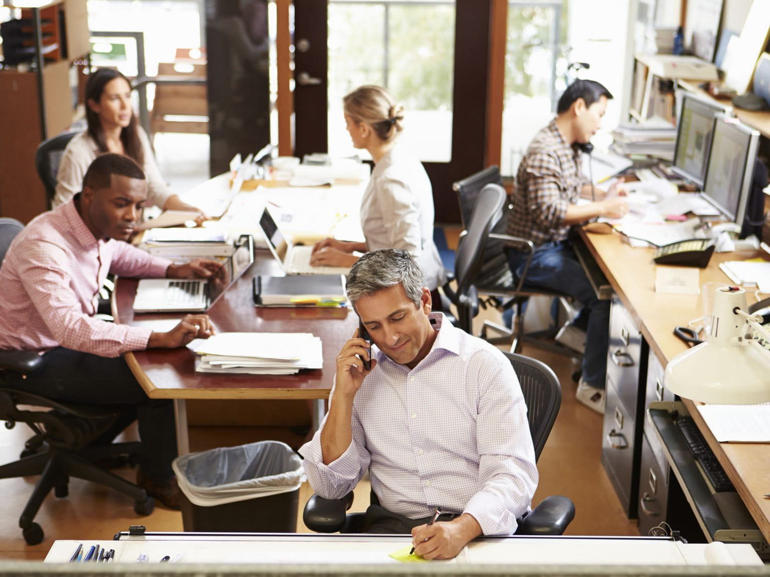 Ufficio Small Office con persone al lavoro