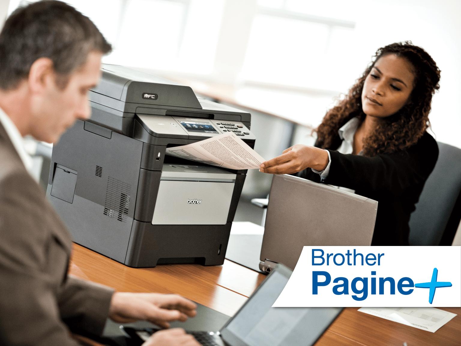 Impiegati al lavoro con multifunzione Brother con impresso logo servizio di stampa gestita Brother Pagine+