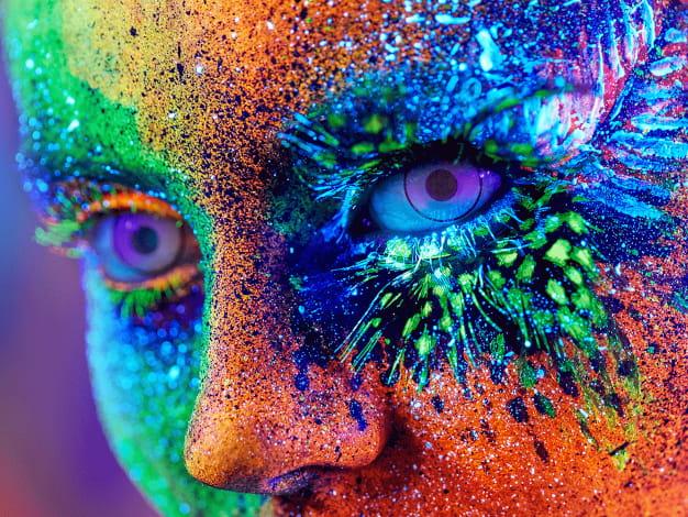 dettaglio volto di donna pitturato con pittura per body painting