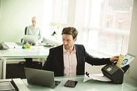 Impiegato in ufficio scansiona documenti di diverso formato con scanner Brother ADS-3600W