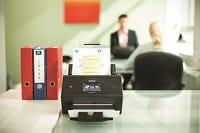 Scanner Brother ADS-3600W su scrivania in ufficio
