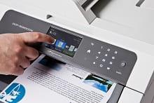 Dettaglio del display touchscreen della stampante multifunzione laser LED a colori Brother DCP9020CDW