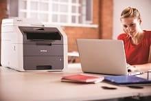Impiegata invia stampa da laptop alla stampante multifunzione LED a colori Brother DCP9020CDW