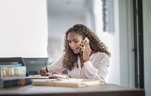 donna utilizza telefono