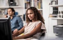 donna usa schermo con stampante