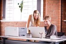 Impiegati in ufficio con stampante LED a colori Brother HL3140CW