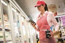 Impiegata di supermercato al lavoro con la nuova gamma di stampanti portatili per ricevute Brother RJ-2