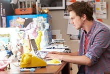 Giovane al lavoro nel suo ufficio in casa