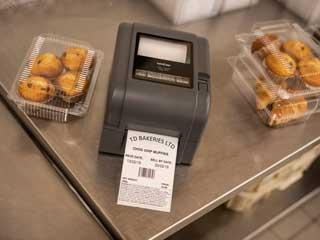 Stampante per etichette Brother TD-4D sul tavolo in acciaio