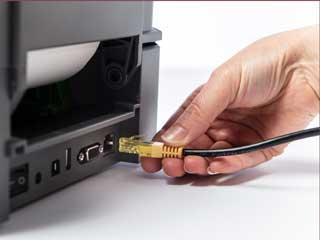 Cavo Ethernet inserito nella porta posteriore di una stampante