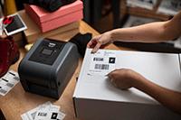 Stampante per etichette TD-4T ed etichetta di spedizione sul pacco