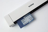 Scanner portatile Brother DS640 con carta ID in scansione