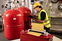 Ingegnere in sala macchine controlla le attrezzature. Scanner Brother DS-940DW sopra un tavolo