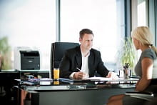 Firma di un contratto in ufficio con all'interno una stampante multifunzione Brother MFC9140CDN
