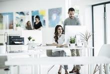 Colleghi al lavoro in ufficio con stampante multifunzione inkjet Brother MFC-J5330DW