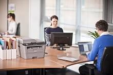 Stampante multifunzione laser Brother su scrivania in ufficio