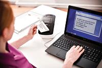 ql-700 donna che stampa etichetta con collegamento notebook
