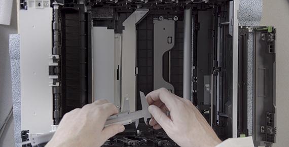 Dettaglio stampante Brother aperta con mani di un ingegnere