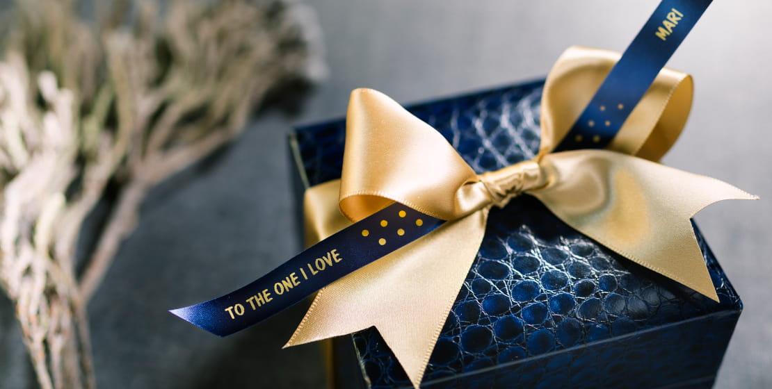 Scatola regalo con fiocco oro e nastro Brother TZERN34 in tessuto blu