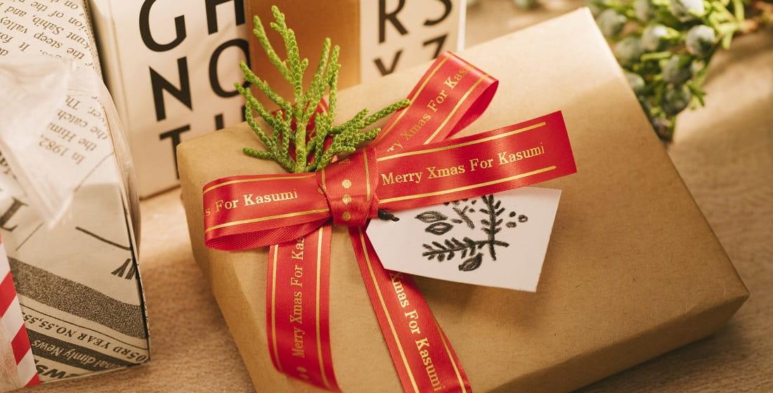Pacchetto regalo con nastro in tessuto oro su sfondo rosso  Brother TZe-RW34