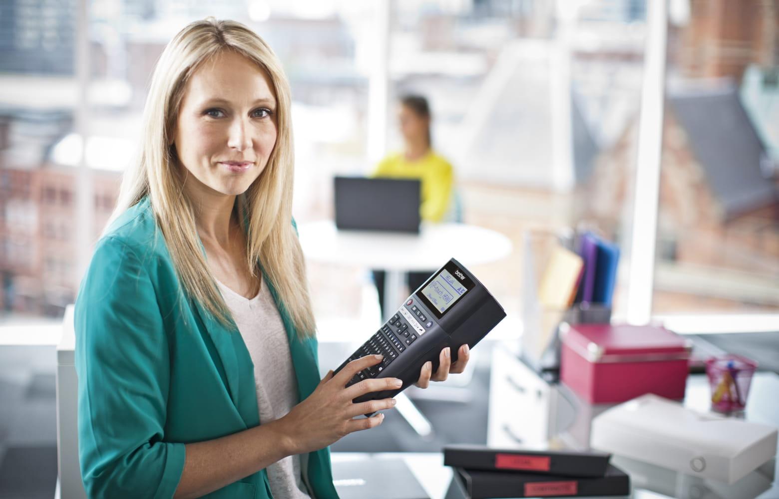Donna  con una stampante per etichette Brother P-touch