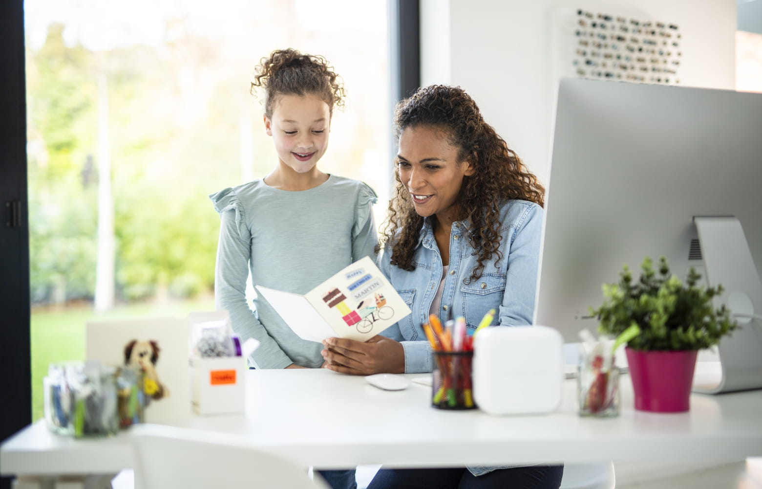Madre e figlia che creano etichette con etichettatrice Brother P-touch