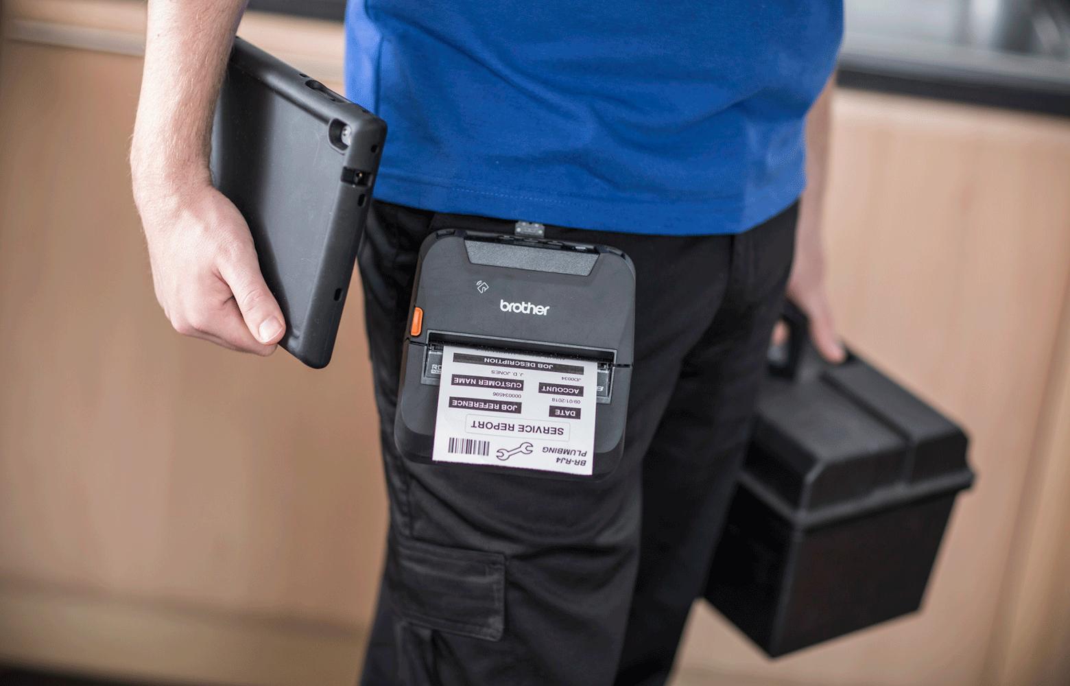 Tecnico assistenza con cassetta attrezzi, tablet e stampante RJ