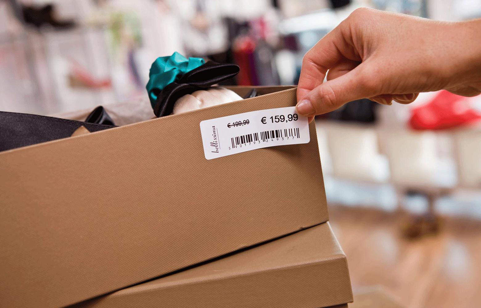Scatola di scarpe marrone con etichetta del prezzo