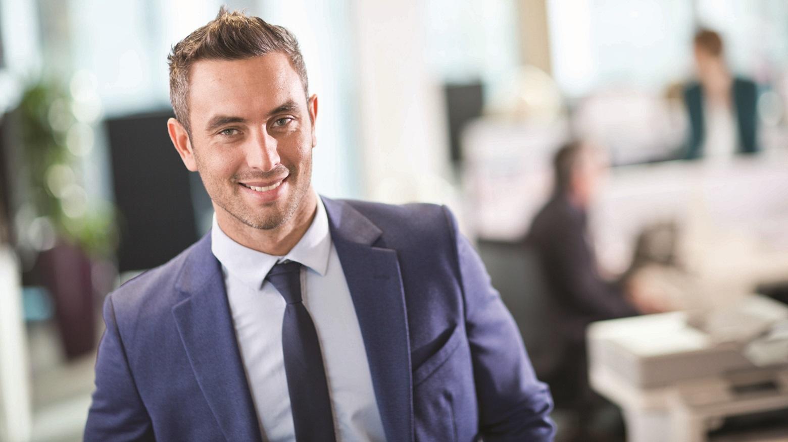 Manager sorridente in ufficio