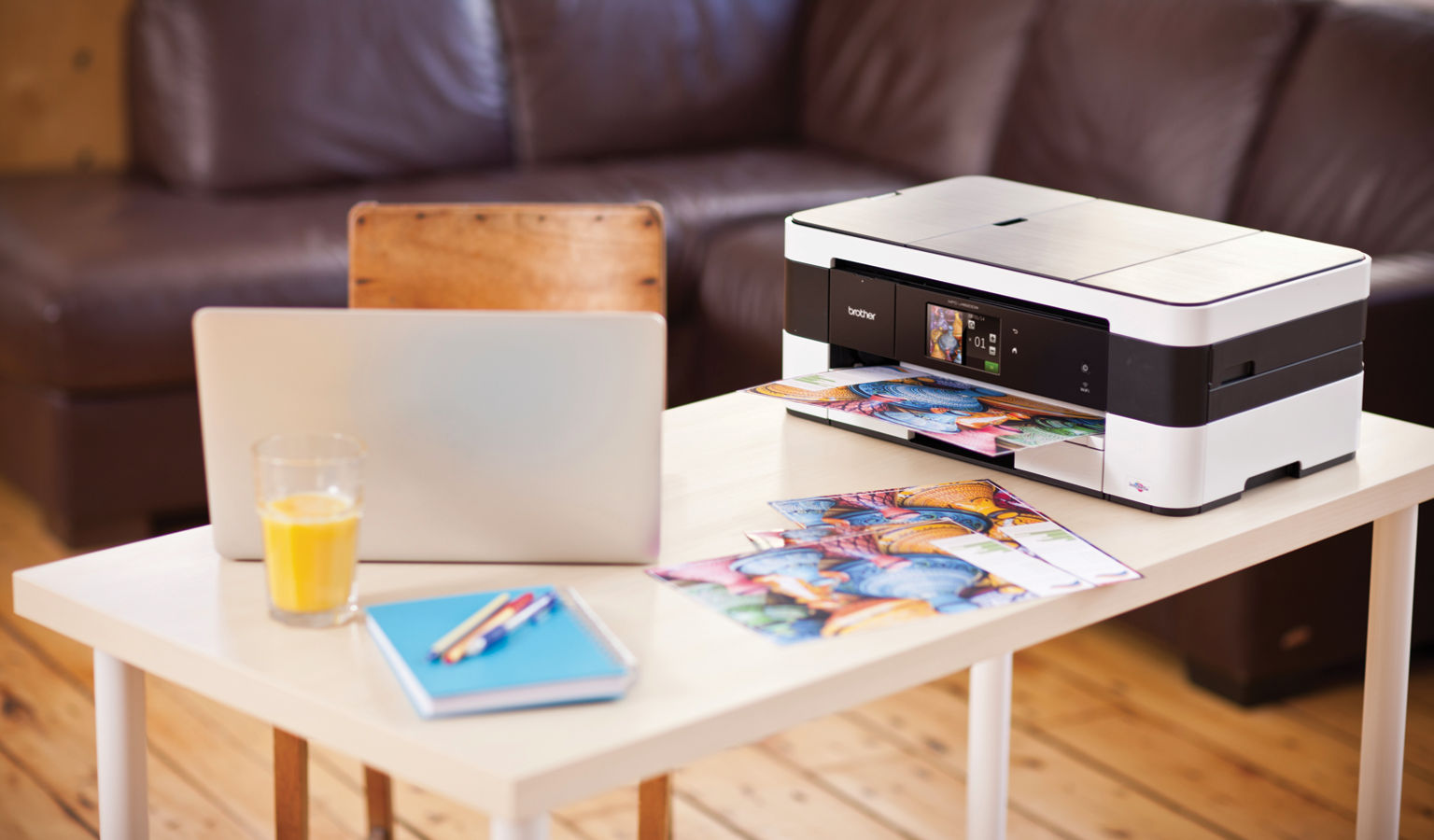 Stampante multifunzione Print the Future Brother MFC-J4620DW in azione in casa su un tavolino