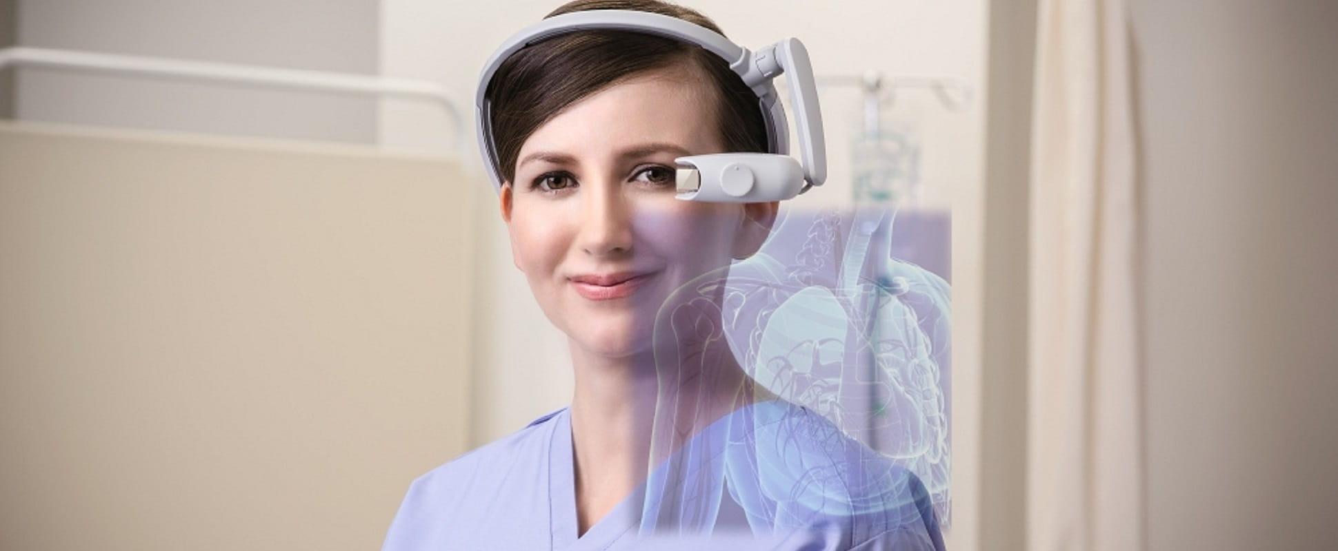 Medico con indosso Brother AiRScouter WD-200B per la realtà aumentata