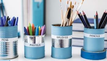 Contenitori per penne e pennelli etichettati con etichettatrice Brother