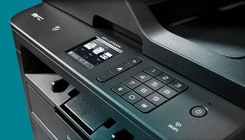 Dettaglio del pannello touchscreen e della tastiera della stampante multifunzione Brother MFC-L2750DW