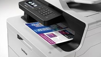 stampante multifunzione LED Brother che stampa foglio a colori