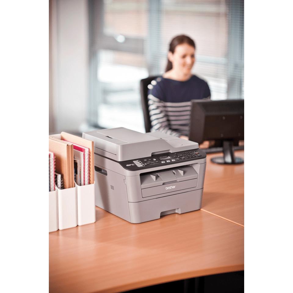 Stampante multifunzione laser mono compatta Brother MFC-L2700DW su scrivana in ufficio
