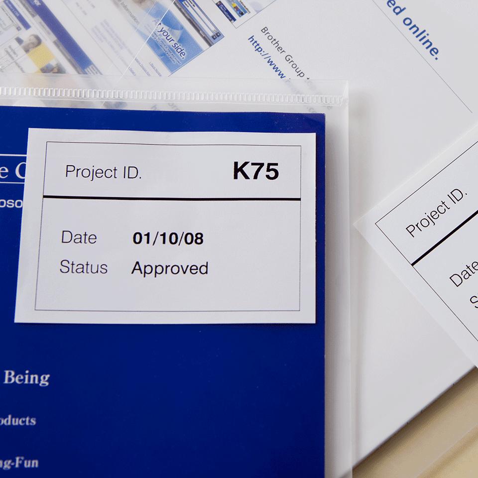 Rotolo di etichette di carta a lunghezza continua con adesivo rimovibile originale Brother DK-44205 – Nero su bianco, 62 mm 1